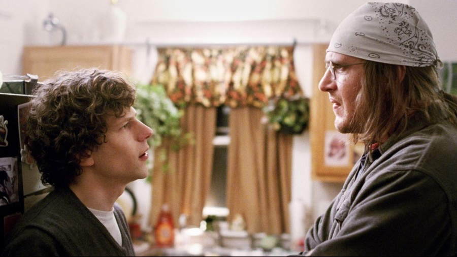 Jesse Eisenberg (left) and Jason Segel (right) in The End of the Tour.