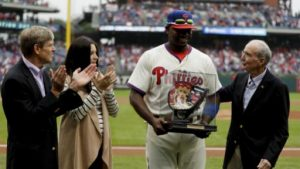 The Phillies presented Ryan Howard with a painted first baseman's mitt as part of the pregame ceremony on October 2nd.