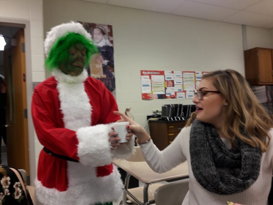 Mrs.+Patricia+Wilkins%2C+dressed+as+The+Grinch%2C+delivers+hot+cocoa+to+Mikayla+Destefano
