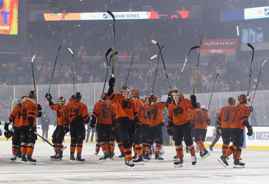 The+Flyers+salute+the+crowd+at+Lincoln+Financial+Field+following+their+comeback+4-3+win+vs+Pittsburgh+on+Saturday+night.