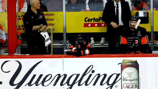 Flyers' Claude Giroux and Sean Couturier look on as the Flyers fell to the Islanders, 4-2, on Saturday.